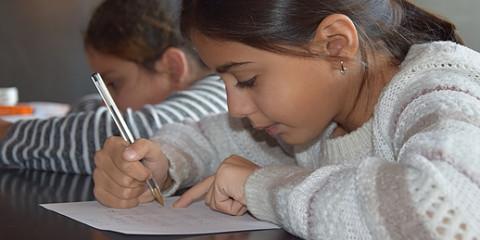 Meisje schrijft brief